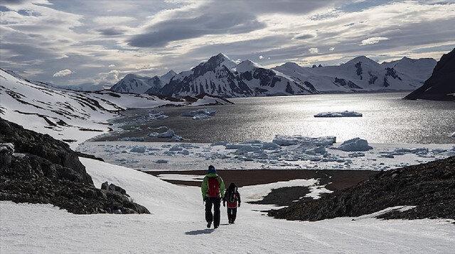 Antarktika'ya 3. seferini gerçekleştiren bilim insanları kıtada Türk bayrağının dalgalanmasının gurur verici olduğunu söylüyor.