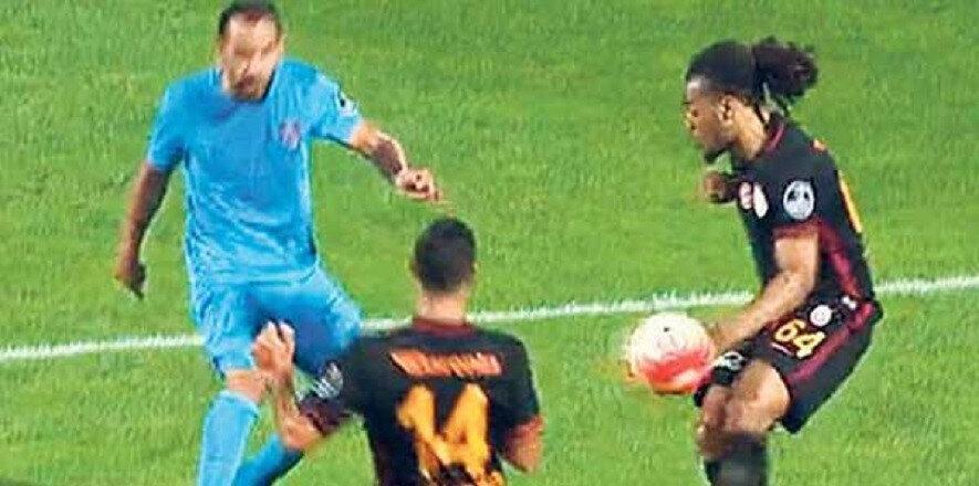 Cüneyt Çakır'ın penaltı kararı vermediği pozisyon.