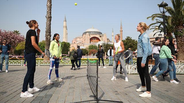"""أمام """"آيا صوفيا"""".. مباراة استعراضية للاعبات في بطولة إسطنبول للتنس"""