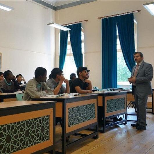 إسطنبول.. ثانوية الفاتح للأئمة تدرس طلابا من 64 دولة