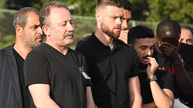 Alanyaspor Teknik Direktörü Sergen Yalçın, kulüp tesislerinde yapılan törende duygusal anlar yaşadı.
