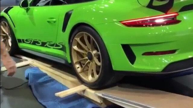 Porsche 911 GT3ü takozun üzerinden düşürdü
