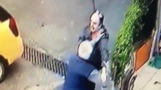 Borç aldığı arkadaşını sokak ortasında bıçakladı