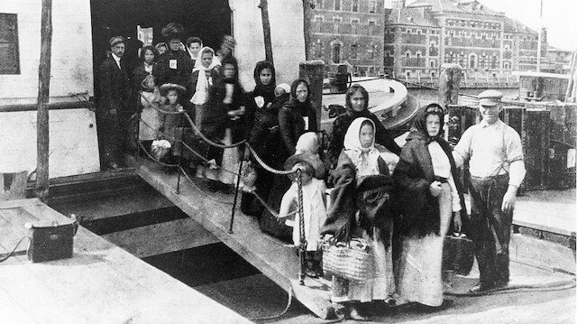 """1870'li yıllarda """"daha iyi şartlarda yaşama"""" umuduyla bir valizle yola çıkan Osmanlı  vatandaşları hayatını vatan özlemiyle geçirdi."""