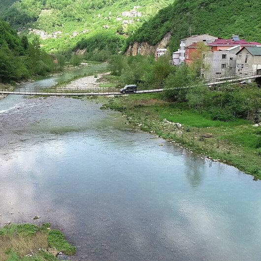 Bu köprüden geçip köylerine ulaşıyorlar