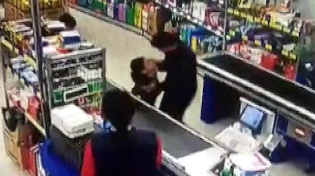 Soru soran çocuğu darp eden kadın kamerada