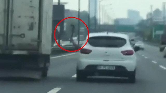 Seyir halinde kamyona baltayla saldıran sürücü
