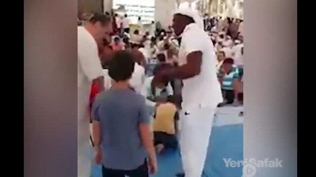 Medinede bir adam herkesi iftar sofrasına davet ediyor