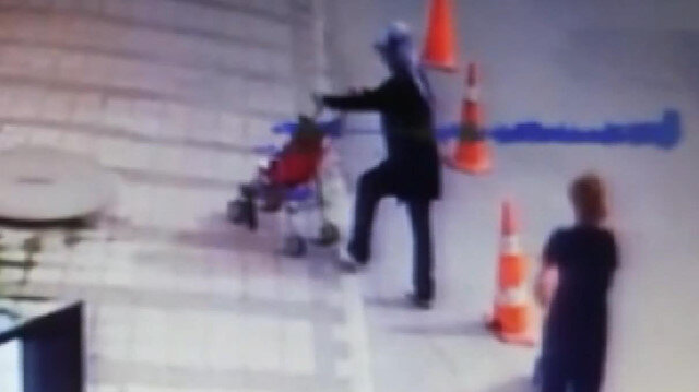 Çaldığı bebek arabasına kendi çocuğunu bindirdi