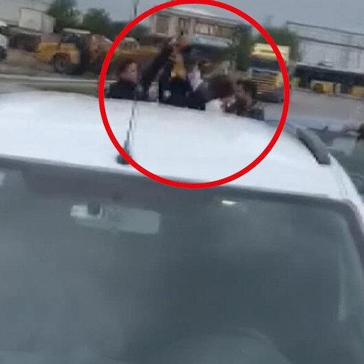 Kavgayı ayırmak isteyen polisin silahını almaya çalıştı