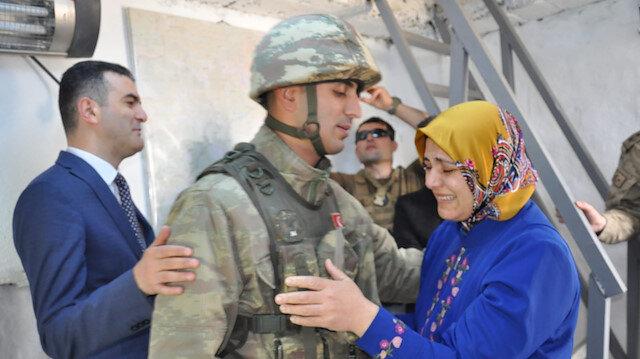 Sınırda nöbet tutan askere Anneler Günü sürprizi