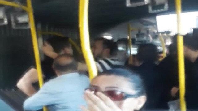 Metrobüste yer kavgası kameraya yansıdı