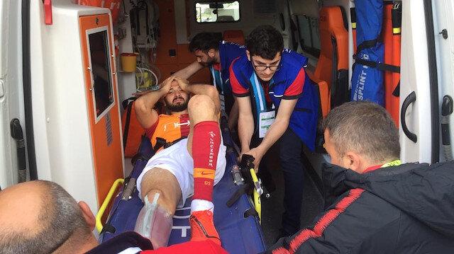 Emre Akbaba yapılan ilk müdahalenin ardından ambulansla hastaneye kaldırıldı.