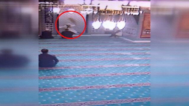 Camiye giren kedi imamın üzerinden atladı