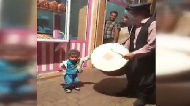 Şanlıurfada Ramazan davulunun ritmine kapılan çocuk