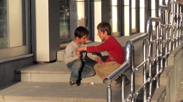 Sarıkamış'ta yiyeceklerini paylaşan çocuklar duygulandırdı