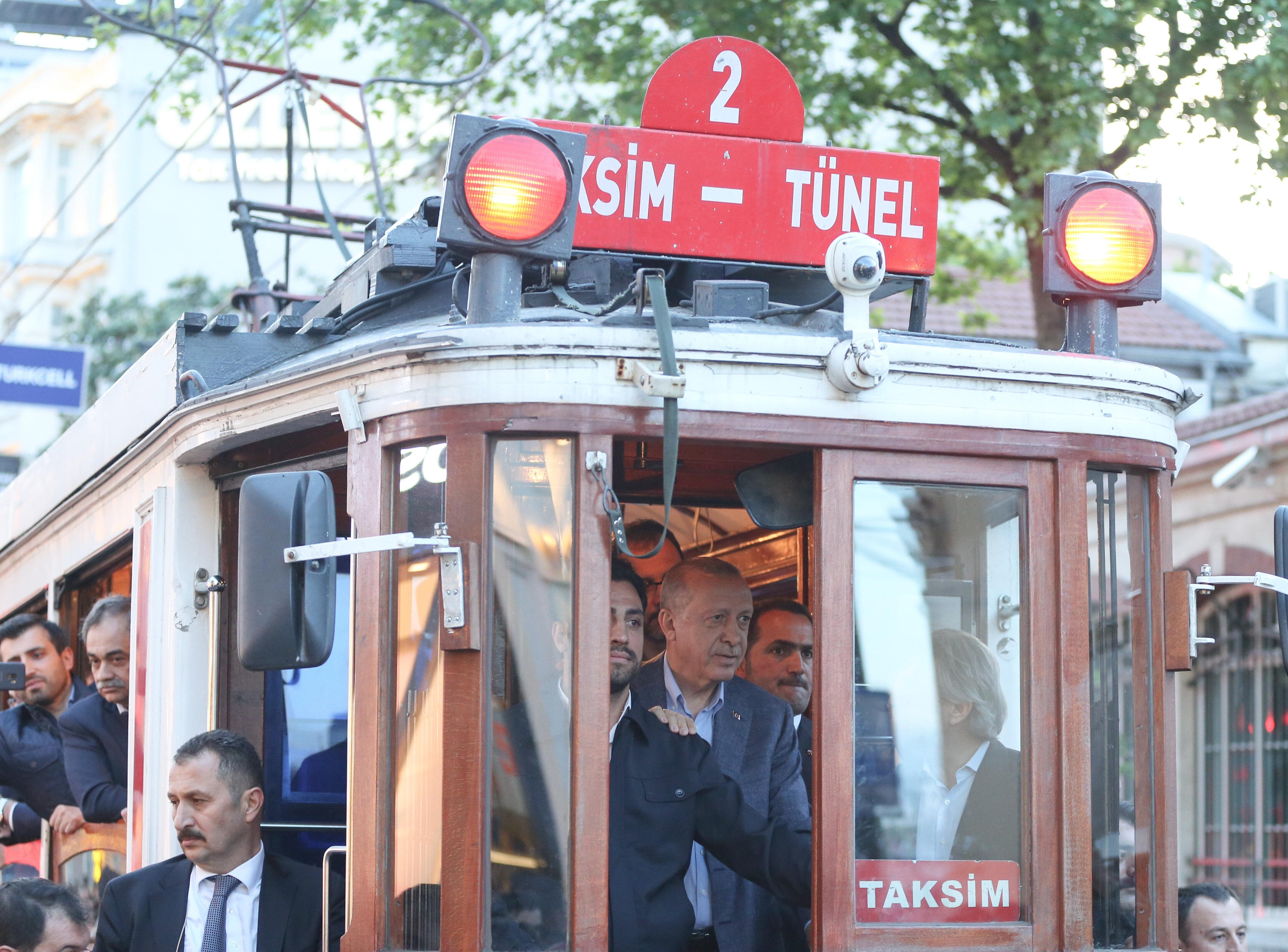 بالصور.. أردوغان يستقل الترام واي التاريخي في ساحة تقسيم بإسطنبول