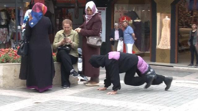 Karınca kostümüyle gösteri yapan vatandaş saldırıya uğradı
