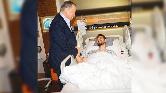 Mustafa Cengiz, Emre Akbaba'yı hastanede ziyaret etti.