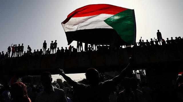 Sudanlılar, askeri geçiş konseyinin yönetimi sivillere devretmesi talebiyle gerçekleştirdikleri gösterine devam ediyor.