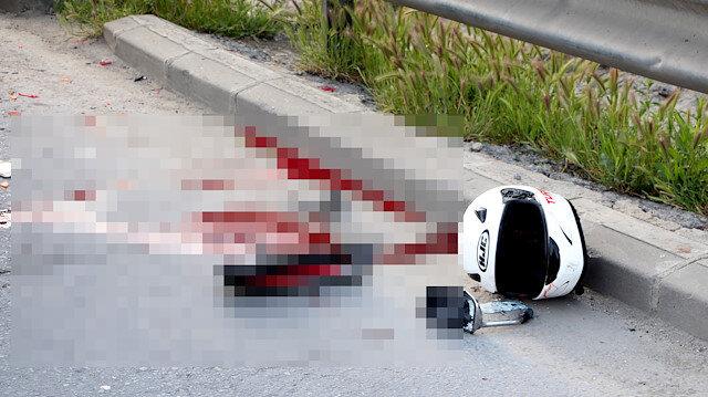 Kaza sonra motosikletlinin kaskı yere savruldu.