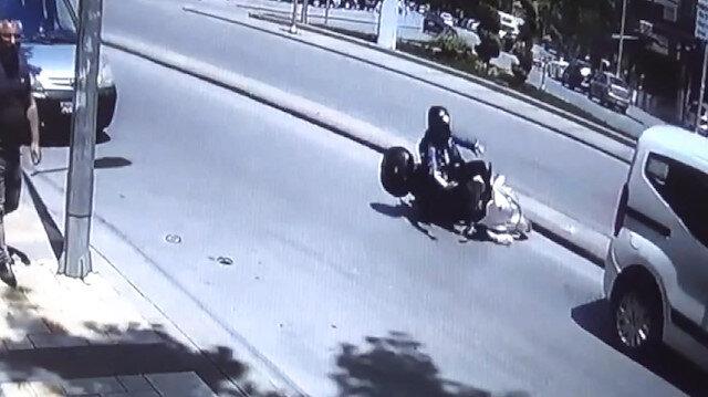 Hızını alamayan motosikletli otomobilin altına böyle girdi