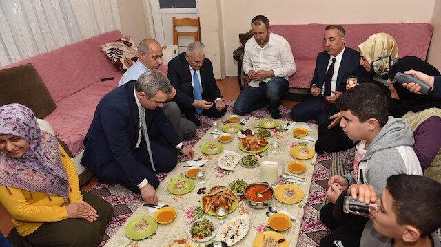 AK Parti İBB adayı Yıldırım, Üzeyir ve Sultan Tan'ın evinde orucunu açtı.