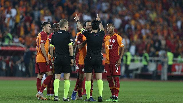 Maçın hakemi Suat Arslanboğa verdiği kararlarla Akhisarsporlu futbolcuların tepkisini çekti.