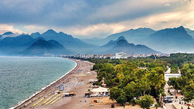 """في 4 أشهر.. """"أنطاليا"""" التركية تستقبل سياحًا بعدد سكانها"""