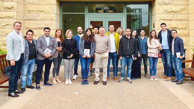 Enver Yücel, öğrenci ve akademisyenlerle konferansın ardından fotoğraf çektirdi.