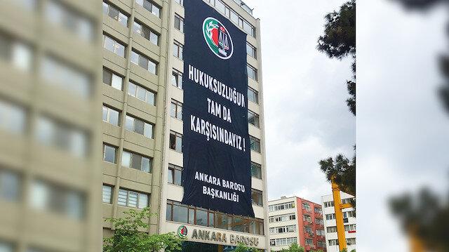 Yüksek Seçim Kurulu binasının karşısında mukim Ankara Barosu, 6 Mayıs'taki seçim yenileme kararının ardından yukarıdaki pankartlı eylemi yaptı.