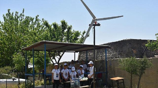 Ortaokul öğrencileri rüzgar türbininden elektrik üretti