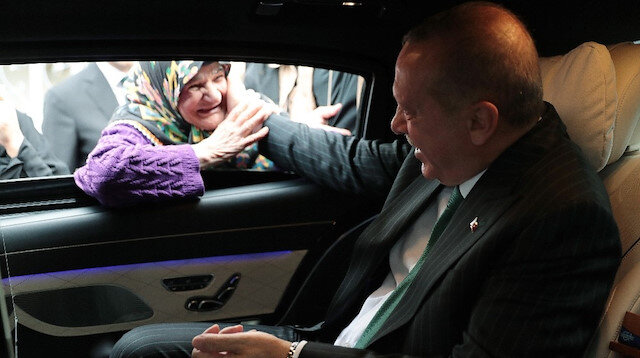 Erdoğan ile sohbet eden yaşlı teyzenin mutluluğu gözlerinden okundu.