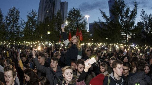 Dört gün önce başlayan ve binlerce kişinin katıldığı gösterilerde şimdiye kadar en az 96 kişi gözaltına alındı.