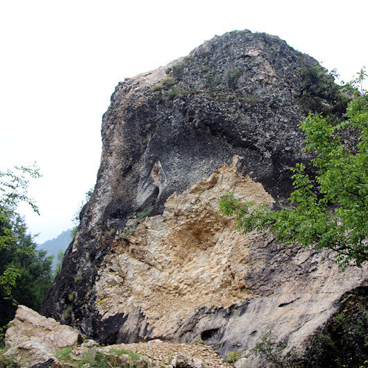 2 bin yıllık tarihi kitabeyi dinamitle patlatıp çaldılar