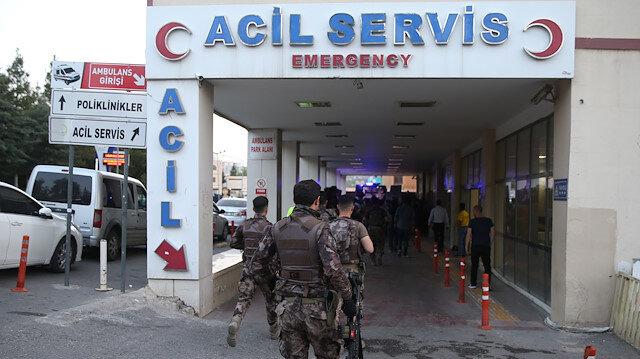 Yaralı polisler hastanede tedavi altına alındı.