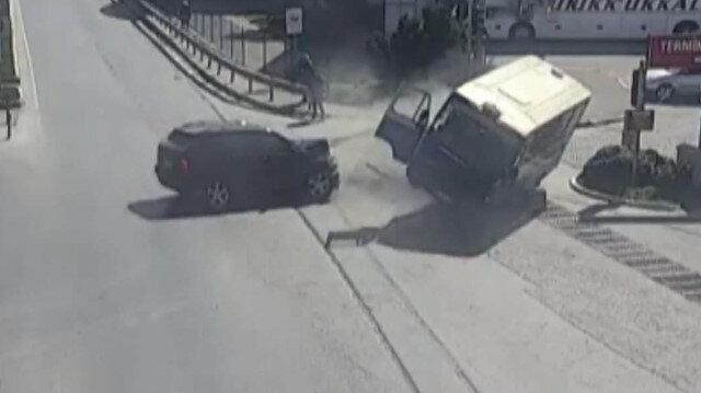 Otomobilin çarptığı minibüs böyle savruldu
