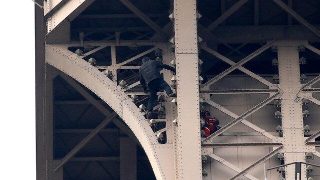Eyfel Kulesi, bir kişinin tırmanması nedeniyle tahliye edildi
