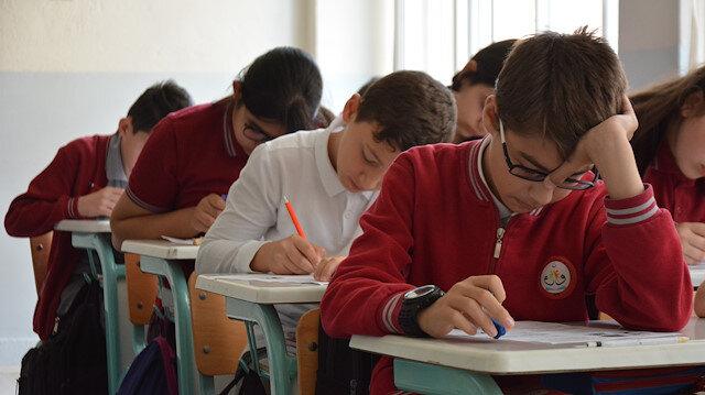 Bu okulda sınavlar öğretmenler olmadan yapılıyor