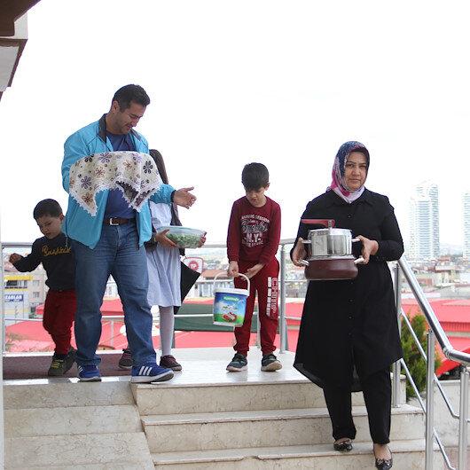Yetimlerle gönüllüler iftar sofralarında buluşuyor