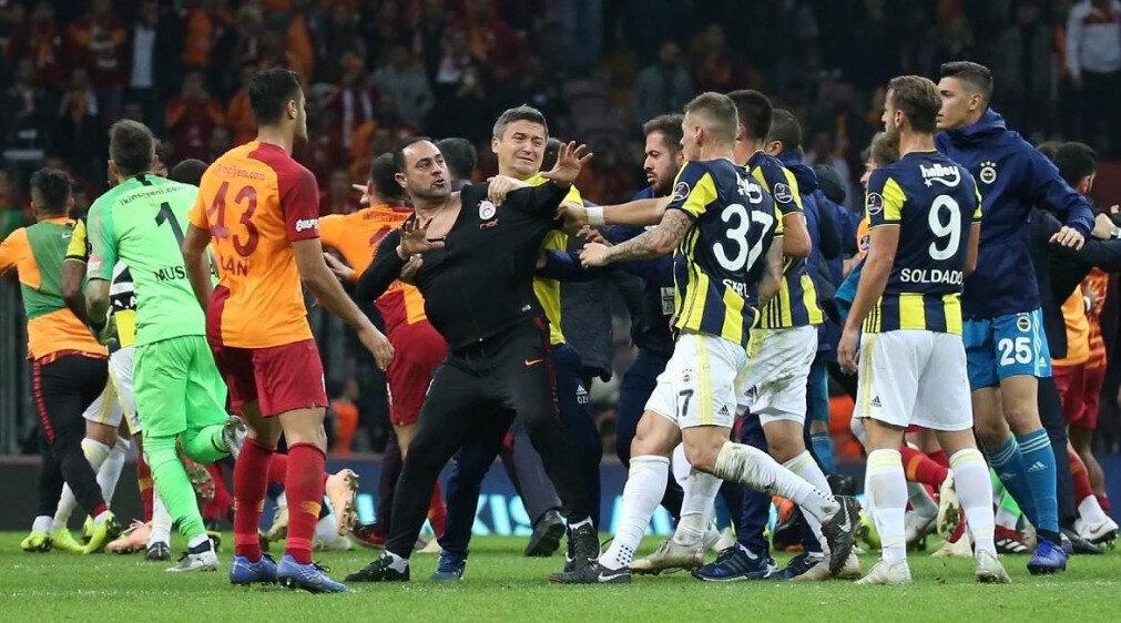 Hasan Şaş yaşanan gerginliğin ardından sahaya girerek sarı-lacivertli futbolculara saldırmıştı.