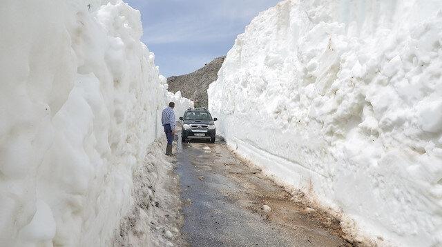 Antalya'da ekipler kar kaplı yolları açmak için çalışıyor.