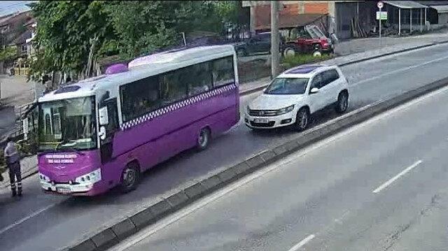 Yolcu otobüsüne çarpan otomobil karşı şeride geçti