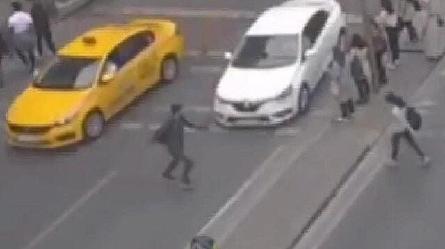 Şişli'de kırmızı ışıkta geçen gence araba çarptı