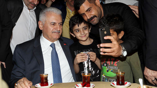 Binali Yıldırım Fatih'te itfaiyecilerle sahur yaptı