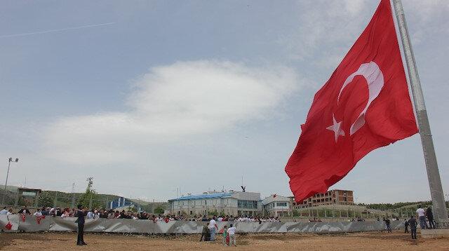 Bingöl'de 33 şehidin yıl dönümünde 350 metrelik bayrak göndere çekildi