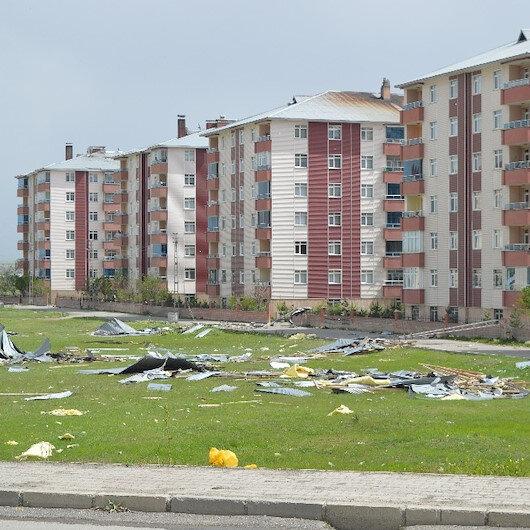 Ağrı'da şiddetli rüzgar çatıları uçurdu