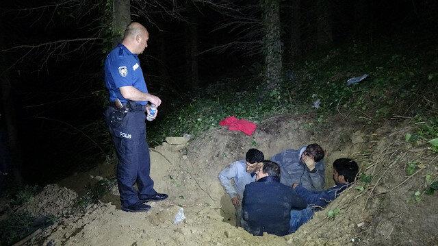 Polis, kaçak kazı yapan kişileri çukurda suçüstü yakaladı.