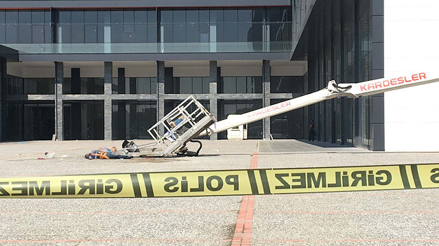 Polisler, vincin devrildiği alana güvenlik şeridi çekti.