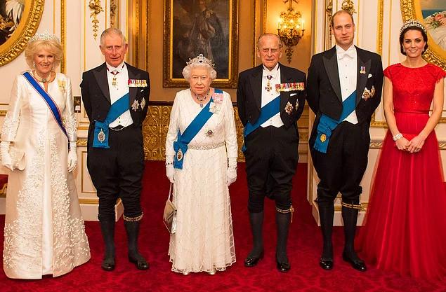 İngiliz Kraliyet ailesi, resmi bir davetteyken.